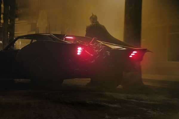 The Batman di Matt Reeves con Robert Pattinson uscita 2021: il costume e la batmobile in una clip