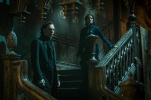 "Crimson Peak: featurette ""Due mondi"", film di Guillermo del Toro con Tom Hiddleston"
